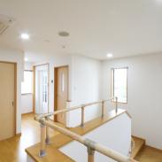 バリアフリーの館内廊下や階段は広めの設計